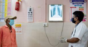UNICEF/Vinay Panjwani Un doctor en la India revisa la radiografía de los pulmones de un paciente.